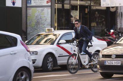 n ciudadano utilizando BiciMad, el sistema de bicicleta pública de Madrid, en en barrio de Salamanca.