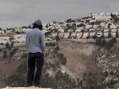 Un colono judío contempla el asentamiento de Maaleh Adumim, en diciembre de 2012.