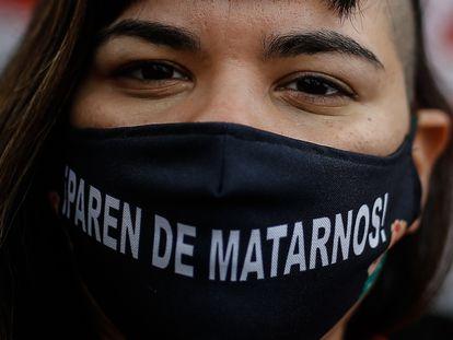Una mujer protesta contra los asesinatos machistas, en una marcha de este 2020.