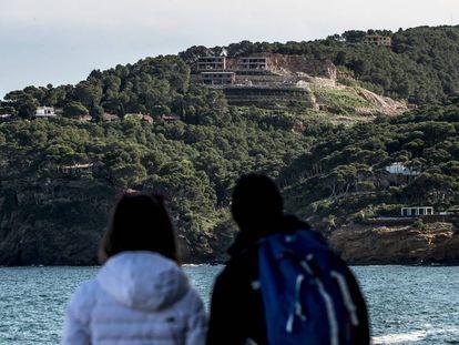 Dos personas observan unas viviendas en construcción en Begur (Girona).