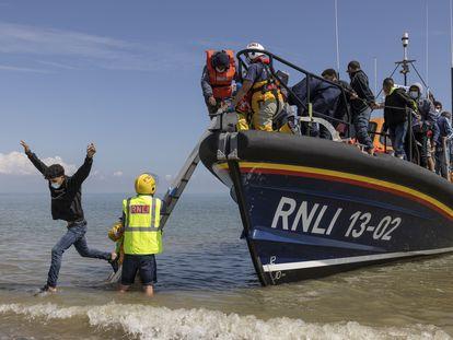 Un grupo de aproximadamente 40 migrantes llega a la playa de Dungeness, el 4 de agosto de 2021.