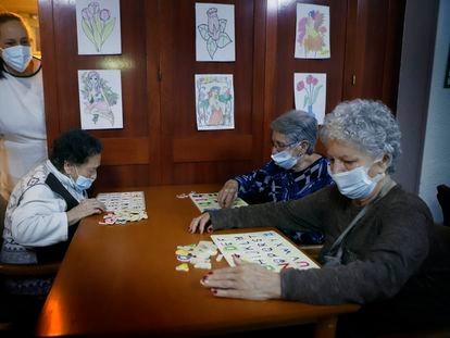 Tres mujeres en la residencia geriátrica Gravi, en Polinyà, Barcelona, este sábado.