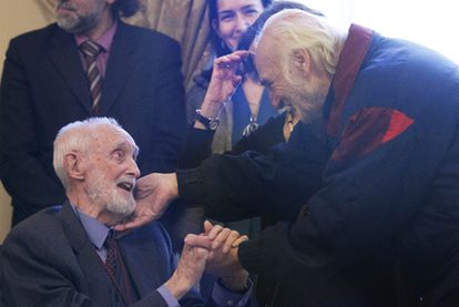 José Luis Sampedro recibe el saludo de Héctor Alterio ante  la ministra de Cultura.