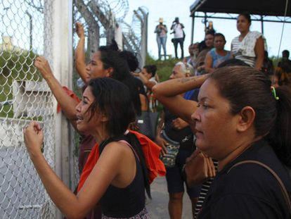 Familiares de presos del Complejo penitenciario Anisio Jobim, este lunes.