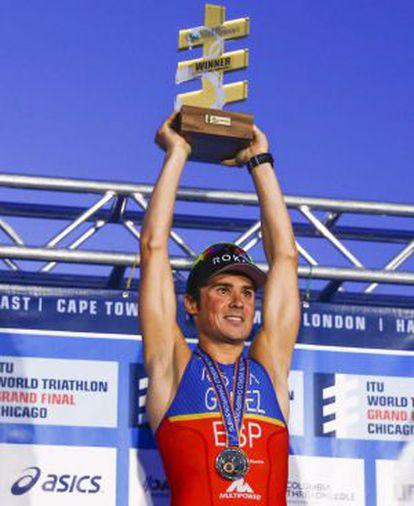 Gómez Noya levanta el trofeo de campeón mundial de triatlón.