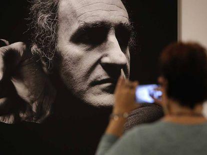 Un retrato de Eduardo Chillida, obra de Alberto Schommer.