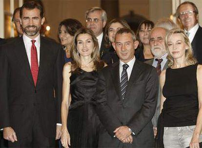 Enric González, entre los príncipes de Asturias y Susana Fortes.