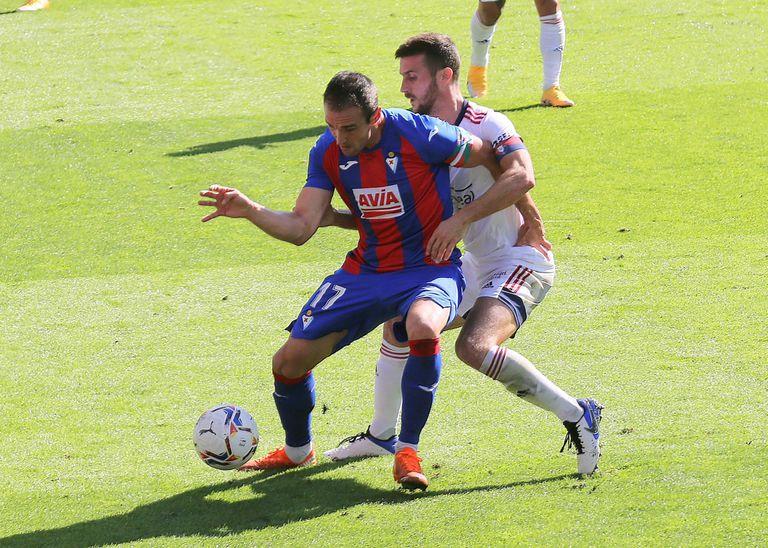 El delantero del Eibar Quique García protege un balón ante Oier, defensa del Osasuna, el pasado domingo en Ipurua.