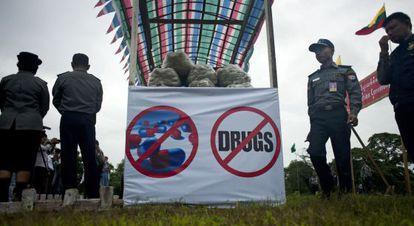La policía de Myanmar recolectan droga antes de que sea destruída.