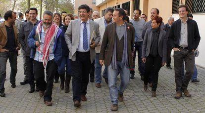 Diego Valderas llega a la sede de IU en Sevilla con sus compañeros.