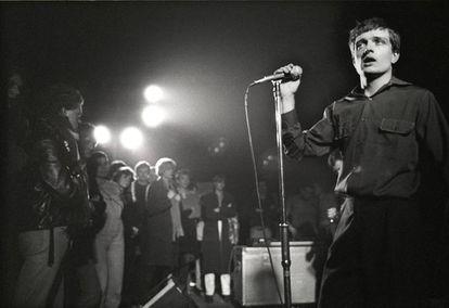 Ian Curtis en un concierto de Joy Division celebrado en Holanda en enero de 1980, pocos meses depués -en mayo de ese mismo año- se suicidaría con solo 23 años.