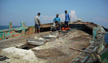 Marineros de un barco que pescaba ilegalmente, interceptado por el Gobierno tailandés.