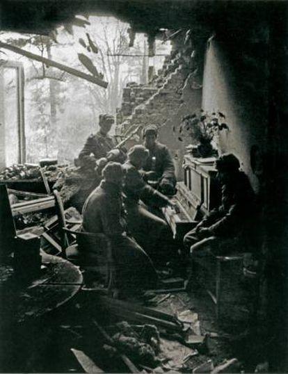 Soldados rusos escuchan a un compañero tocar el piano en Alemania en 1945.
