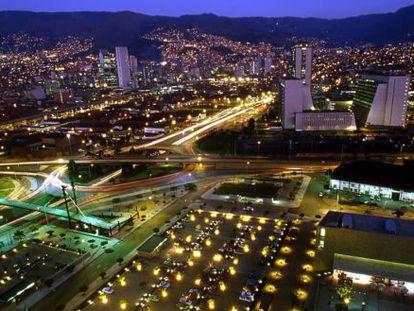 Vista de Medellín (Colombia) por la noche.