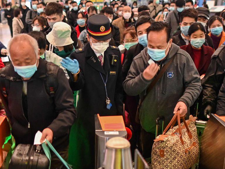 Viajeros abordan un tren con parada en Wuhan, este sábado en Shanghái.