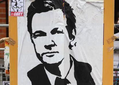 Un cartel en defensa de Assange en la embajada ecuatoriana en Londres