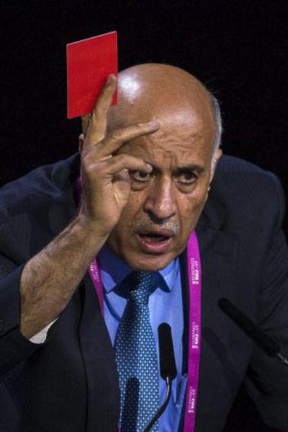 El presidente de la federación palestina de fútbol, Jibril Rajoub, muestra una tarjeta roja, en su discurso durante el Congreso de la FIFA.