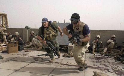 Agentes armados de la firma de seguridad Blackwater Worldwide participan en un tiroteo en la ciudad iraquí de Nayaf en 2004.