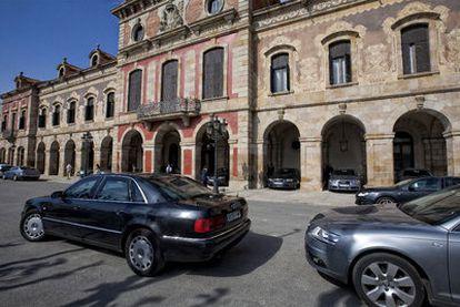 Ristra de coches oficiales aparcados ante el Parlamento de Cataluña el pasado miércoles.