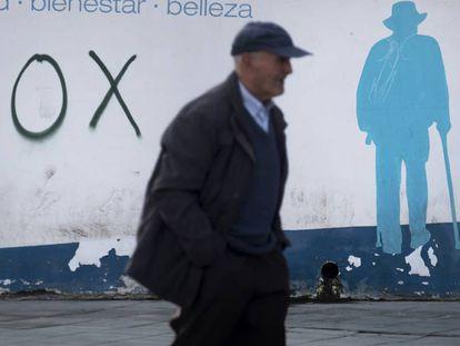 Pintada de VOX en una calle de El Ejido. En vídeo, crónica de la polémica.