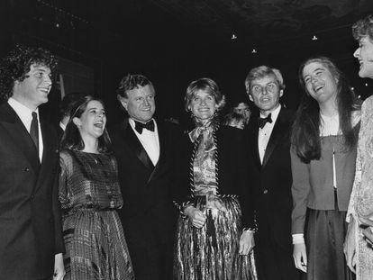 Jean Kennedy Smith, en el centro, flanqueda por su hermano Edward y su marido Stephen Edward Smith, sus sobrinos Edward M Kennedy y Kara Kennedy (a su izquierda),  y Robin Elizabeth Lawford y Patricia Kennedy Lawford, en una imagen de 1976.