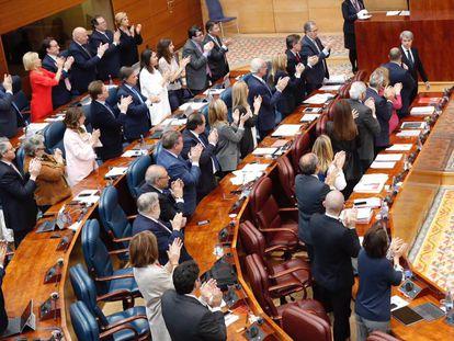 Los diputados del PP aplauden a Ángel Garrido en su despedida.