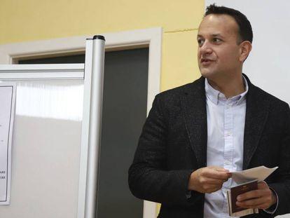El primer ministro de Irlanda, Leo Varadkar, en un colegio electoral de Dublín este sábado.