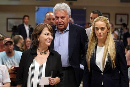 Lilian Tintori (d), esposa del opositor venezolano Leopoldo López, junto al expresidente del Gobierno Felipe González y Mitzy Capriles.