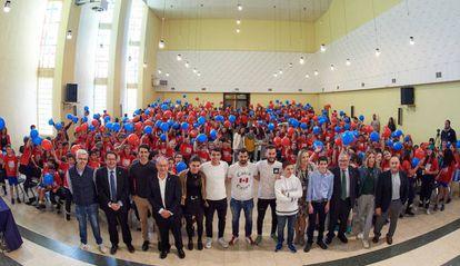 Directivos, futbolistas, monitores y alumnos en una jornada de Futura Afición llevada a cabo por LaLiga y Osasuna.