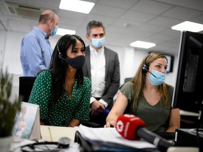 La vicealcaldesa de Madrid, Begoña Villacís (d), con mascarilla durante su visita este lunes a un centro de atención telefónica del Servicio de Teleasistencia Domiciliaria Atenzia.