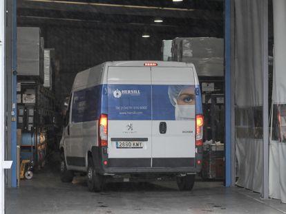 Una furgoneta en la nave del fabricante de equipo médico Hersill, en el polígono industrial Las Nieves, en Móstoles (Madrid)