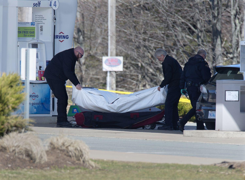 Los sanitarios retiran un cadáver en una gasolinera de Enfield, Nova Scotia, el domingo.
