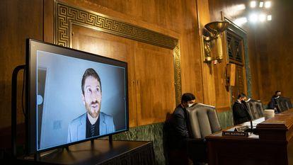 Tristan Harris, uno de los fundadores del Centro para la Tecnología Humana, en una comparecencia telemática en el Subcomité de Privacidad, Tecnología y Derecho del Senado de Estados Unidos, en Washington, en abril de 2021.