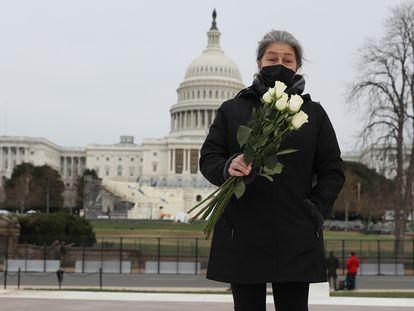 Azhenedt Sanabria lleva flores para colocar en el suelo cerca del Capitolio para rendir homenaje al agente muerto en el asalto.