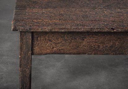 Tabula rasa, obra de Doris Salcedo (una mesa astillada y reconstruida, metáfora de la violencia contra las mujeres), y la artista.
