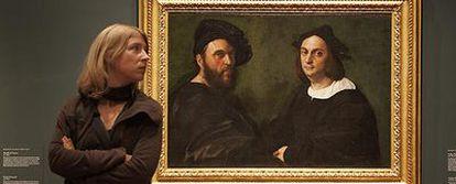 Visitante del Museo del Prado ante el <i>Retrato de Andrea Navagero y Agostino Beazzano</i> o <i>Retrato doble,</i> de Rafael.