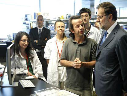 Mariano Rajoy habla con investigadores del Centro Nacional de Investigaciones Cardiovasculares en junio de 2014.