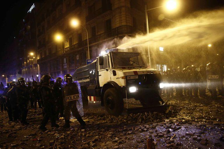 Los Mossos usaron por primera vez desde 1994 su camión cisterna para disolver la protesta de plaza Urquinaona en 2019.