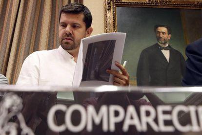 El presidente de la Plataforma de Víctimas del Alvia 04155, Jesús Domínguez, en la comisión de investigación del accidente en el Congreso de los Diputados.