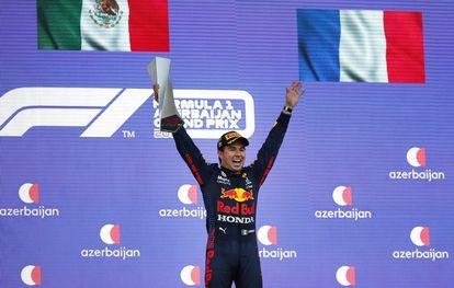 Checo Pérez celebra en el podio su segundo triunfo en la Fórmula 1.