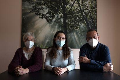De izquierda a derecha, Isabel Carretero, Olga Mormeneo y Carlos Rivas, integrantes de la Protectora Felina de Valdemorillo.
