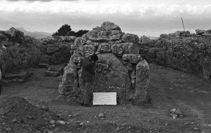 Un arqueólogo numera las piedras de uno de los muros del santuario para su traslado.