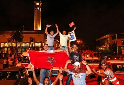 Un grupo de marroquíes celebran en las calles de Casablanca el discurso de Mohamed VI.