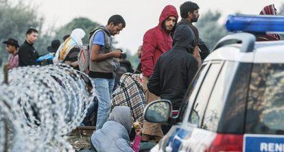 Un grupo de inmigrantes en la frontera entre Serbia y Hungría.