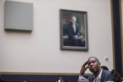El escritor Ta-Nehisi Coates testifica en una sesión judicial sobre la esclavitud en, 2019, en Washington.