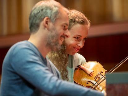 Gesto de complicidad entre el clavecinista Johannes Keller y la violinista Eva Saladin durante su concierto dedicado a las improvisaciones a partir de originales tanto vocales como instrumentales en el Festival de Música Antigua de Utrecht.