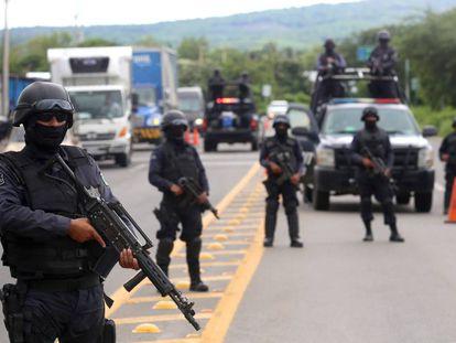 Policías vigilan las carreteras de Guanajuato.