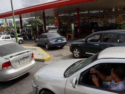 Algunos conductores aguardan a cargar gasolina en Caracas, Venezuela.