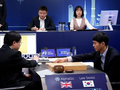 El campeón surcoreano Lee Sedol (derecha) realiza su primer movimiento en la última partida contra AlphaGo.