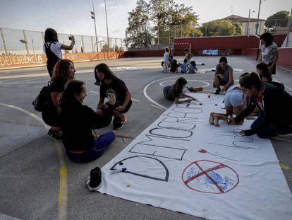 Alumnos de un colegio de Barcelona preparando carteles por el referéndum del 1 de octubre.